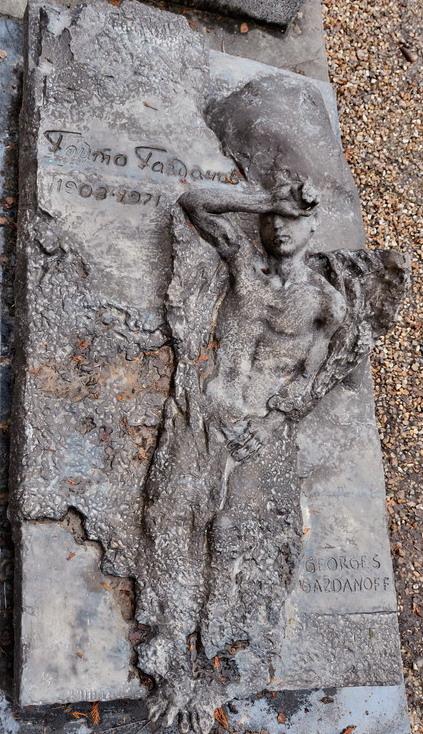 Могила Гайто Газданова на кладбище Сент-Женевьев-де-Буа
