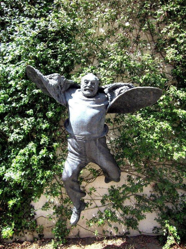 Памятник Параджанову в Тбилиси